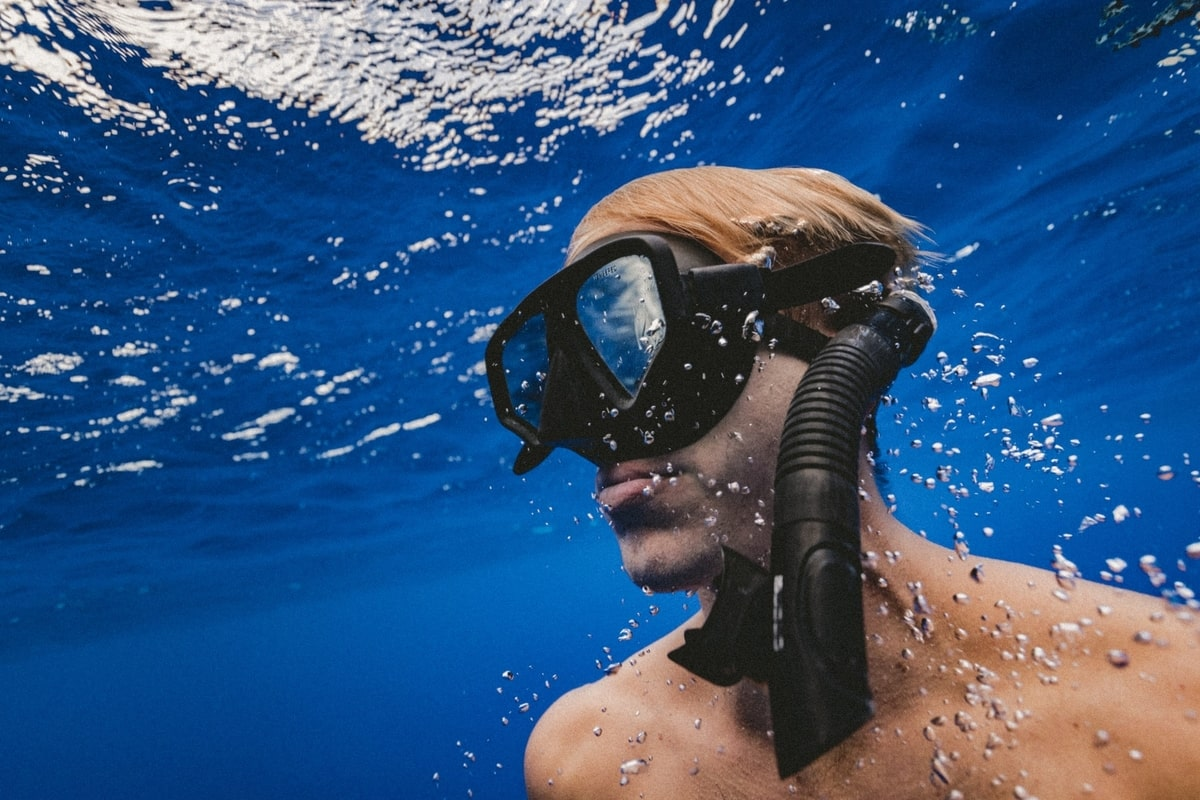 Guy using scuba mask and snorkel underwater